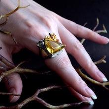 Большое кольцо с цирконием в форме треугольника золотого цвета