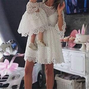 Кружевное платье с цветочным рисунком, модные одинаковые комплекты для семьи, платья для мамы и дочки, мини-платье для маленьких девочек, од...