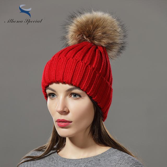 Athena Mulheres Inverno Cap Chapéu de Malha de Algodão Especial Com o Real Racoon Dog Fur Bola Pom Poms Moda da Menina De Pele De Malha gorros