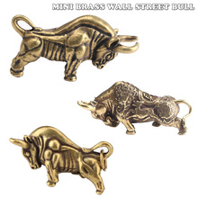 Mini Portable Vintage Brass Wall Street Bull Keychain Ornament Statue Home Office Desk Decoration Ornament Hand Toy Gift
