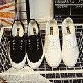 Vulcanizan Los Zapatos 2017 de Las Mujeres zapatos femeninos de lona bajos de las mujeres de moda blanco transpirable zapatos de tela casuales zapatos solid negro blanco