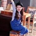 Продажи! бесплатная доставка 2017 весна осень Новорожденных девочек джинсовые комбинезоны с нагрудниками брюки младенческой комбинезон, девочек детский комбинезон, Комбинезоны Свободный Стиль