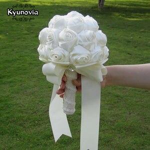 Image 3 - Kyunovia Succinct Satin Rose Boeket Handgemaakte Lint Rose Bruiloft bloemen Kant Handvat Ivoor Bruidsmeisje Bruidsboeketten FE76