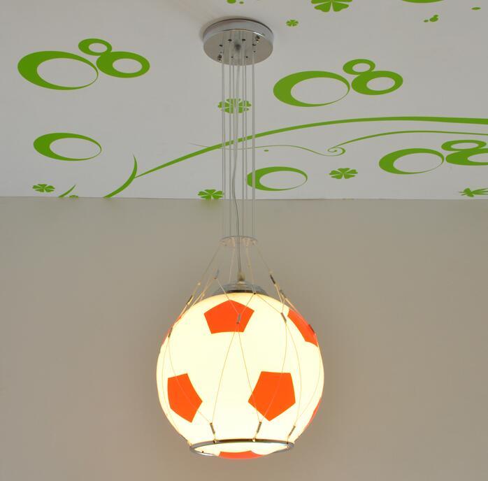 Enfants jouet moderne Paquet télécommande LED lampe fille garçon de basket-ball de football pendentif d'aspiration lampe éclairage chambre ET11