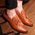 2016 новый классический острым носом кистями мужчины oxfords обувь мода вырезать ИСКУССТВЕННАЯ кожа мужская акцентом обувь черный белый коричневый размер 38-43