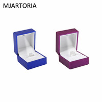 MJARTORIA Vierkante Sieraden Verpakking Oorbel Ring Case Box Met Led Sieraden Display Zwart Rubber Verf Ring Opbergdoos 1 ST