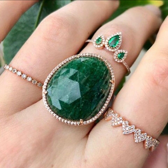 Кольцо женское обручальное с зеленым и белым фианитом