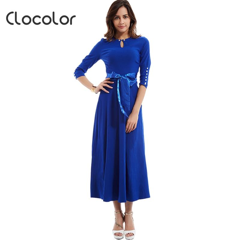 Vestido azul con collar rojo