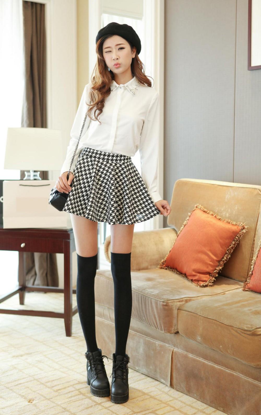 Белая юбка и черные чулочки