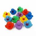 12 pçs/lote Adorável Mini Colorido Borracha Float Squeaky Som Pato Banho brinquedo da água de banho do bebê play brinquedos engraçados para meninos das meninas presentes