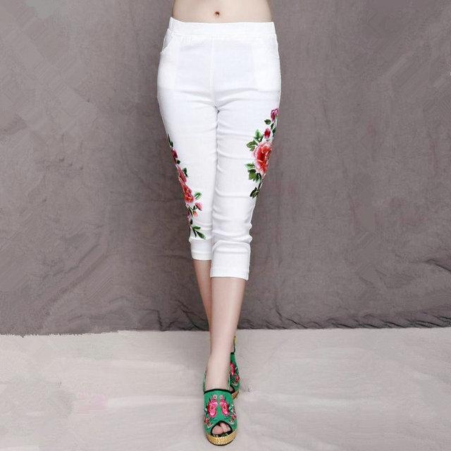 Alta Calidad Blacn Y Blanco Bordado de Flores Casual Pantalón Corto Capris de Gran Tamaño Del Verano Nuevas Mujeres de La Vendimia