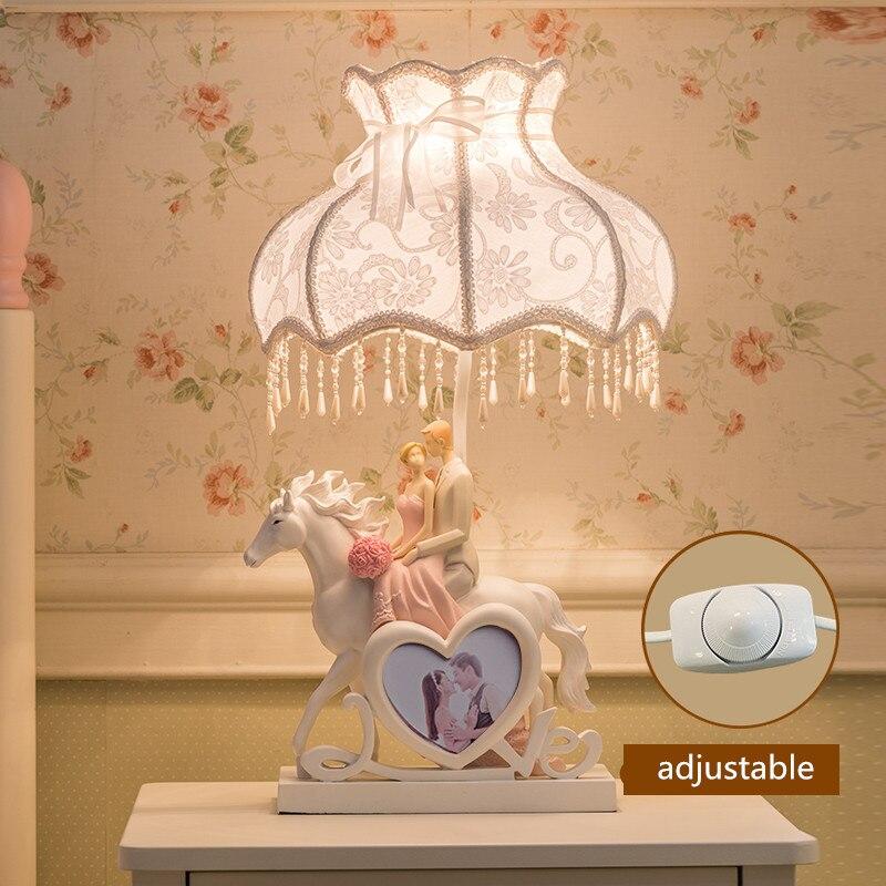 Europeo Intagliato Gli Amanti del Cavallo Da Sposa Dimmer Rosa Lampada Da Tavolo per la Camera Da Letto Soggiorno Moderna Della Resina Di Modo Scrivania Luce 60 cm 1710