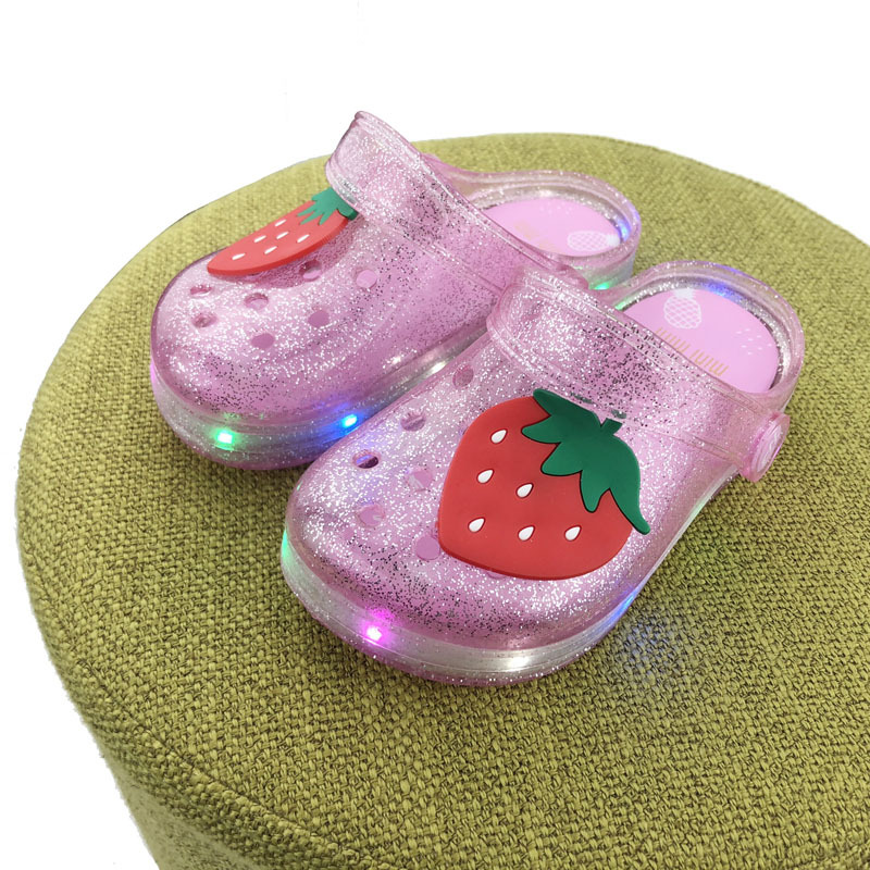 2019 New Girls Sandals With LED Light Fruit Stawberry Cute Pineapple Kids Soft Shoes Europe Size 25-35 Luminous Beach Slipper