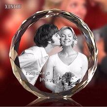 Özelleştirilmiş kristal yuvarlak fotoğraf çerçevesi sevgililer günü kişiselleştirilmiş hediyesi resim çerçeveleri cam Stand ile ev süsleme dekorasyon