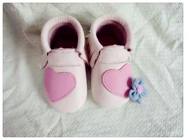 2016 Nuevo estilo pink grils Zapatos Mocasines Zapatos de Bebé de Cuero Genuino del diseño del corazón Del Bebé Recién Nacido franja primer caminante Zapato Infantil