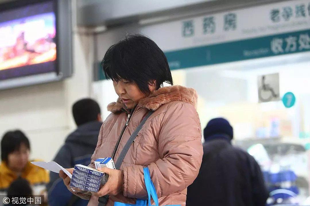 """2012年12月1日,北京试点取消药品加成后一名患者在取药,但""""零加成""""政策对于许多进入自费药房的进口药来说并不适用/视觉中国"""