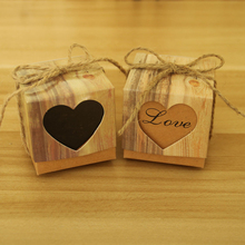 лучшая цена 2018 New 100Pcs/lot Wood Grain Heart LOVE Shaped Hollow Brown Paper Candy Box Wedding Engagement Party Kid Guests Gift DIY Decor