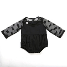 Черный комбинезон с рукавами в сеточку для маленьких девочек; кружевной Детский комбинезон для девочек; одежда для маленьких девочек с сердечками