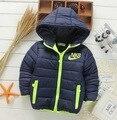 2017 Nuevos niños Parkas 4-10 T niños invierno ropa de abrigo niños ocasional cálida chaqueta con capucha para niños muchachos sólidos las capas calientes