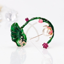 Vivid Frog Jump on Lotus Brooch Flower Green Leaves Simulated Pearl Enamel Animal Brooches for Women Pin Jewelry Accessories
