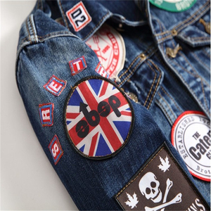 Image 5 - Hip Hop Mens Giubbotti e Cappotti Vintage Distintivo Toppe E Stemmi Dipinto di Blu Giacca di Jeans Alla Moda Rappezzatura Sottile A Maniche Lunghe Cappotti DS50550