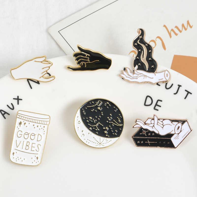 Gotico pin Witchy dello smalto pin Nero Bianco A Mano Luna Fase Magic Book perni del Risvolto Distintivi e Simboli Regalo per le Streghe Scuro