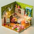 Hechos a mano de construcción de madera DIY molde niños casa de juguete. asseble casa de muñecas con luz y playdough