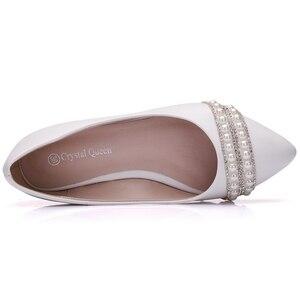 Image 2 - Crystal Queen Vrouwen Bruids Schoenen handgemaakte Dame parel witte bruiloft schoenen flats sexy comfortabele Witte Parel Jurk Schoenen