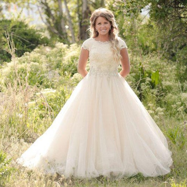 2016 New Long Lace Tulle Ball Gown Modest Wedding Dresses With Short Sleeves Jewel Neck Court