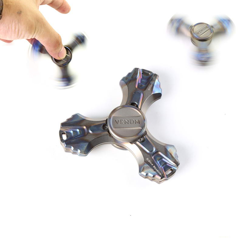 Tri Spinner Metal Hand Spinner VENOM Titanium Metal Fidget Spinner Gyro Torqbar Brass EDC Handspinner Stress Relief Toys game darts legering metalen wapen model draaibaar darts cosplay props voor collectie fidget spinner hand anti stress