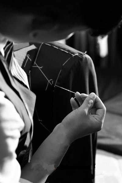 白刺繍の男性が結婚式タキシード Masculino 2 個 (ジャケット + パンツ + ネクタイ) カスタムメイドの最新のデザインのメンズスーツ