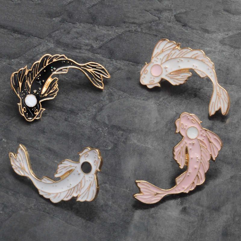 In bianco e nero Koi Spille Giapponese Koi Portare buona fortuna di Pesce Smalto Risvolto Spilli Distintivi e Simboli Animale Spilli Spille Monili delle donne regalo del partito