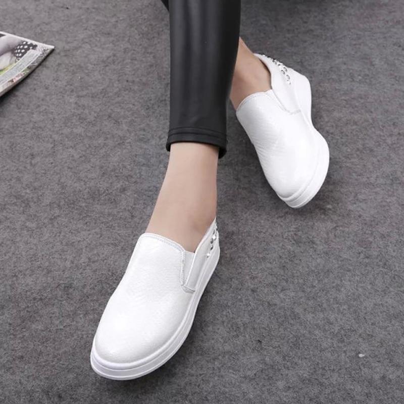 ff34b349894 2016 Nueva Primavera Otoño Moda Mujeres Mocasines Zapatos de Plataforma  Plana Remaches Solos Zapatos Femeninos Pedal Perezoso Rojo Negro Blanco  Z3.5 en ...