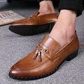 2017 new classic borlas hombres oxfords zapatos de moda dedo del pie acentuado borla de cuero de LA PU hombres brogue zapatos de fiesta negro marrón tamaño 38-43