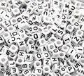 Дорин коробка горячей смешанные Белый Алфавит/Письмо Акриловые кубические бусины для DIY Изготовление ювелирных изделий 6x6 мм (1/4