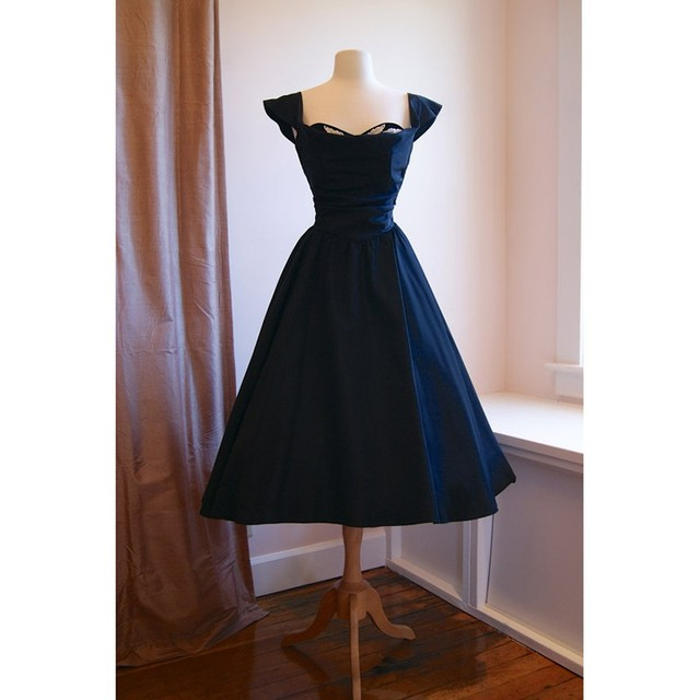Vintage 1950s Short Prom Dresses with Cap Sleeves Lace Appliqued Satin Navy  Blue Party Dress Ruffles Tea Length Evening Dress 8118494496b7