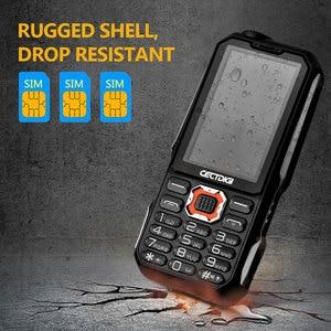 Image 2 - Tre SIM card da 2.8 pollici del telefono Shockproof 3 SIM card 3 standby del telefono mobile Cectdigi T19 Accumulatori e caricabatterie di riserva GSM Torcia Russo tastiera