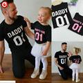 2017 verano padre hija familia mirada ropa de algodón camiseta family clothing coincidencia hombres niños chicas trajes negro rosa camisetas