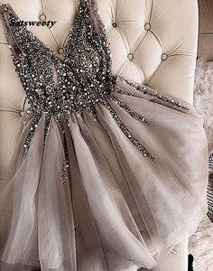 Błyszczący kryształ z koralikami krótkie sukienki na powrót do domu szara sukienka koktajlowa podwójny dekolt w serek seksowne błyszczące Mini suknie na bal maturalny Abiye Vestidos