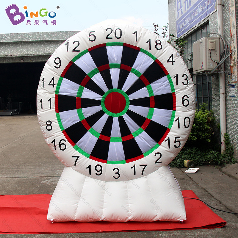 Customized 2.2m tall white Inflatable Dart Board Game with sticky darts high quality blow up dart games for toys sports game darts legering metalen wapen model draaibaar darts cosplay props voor collectie fidget spinner hand anti stress