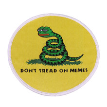 Non tread on meme ferro sulla zona triste rana serpente ricamato patch di cultura pop rotonda badge carino zaino accessori regalo(China)