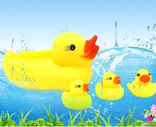 4pcs/set)Rubber Yellow Duck For Shower Water Extruded Voice Howl Bath beach Family Bath Toys Classic Toys Games With Shower Toys