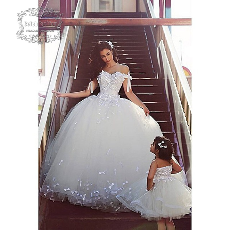 conjunto de la familia ruborizan los vestidos boda para la madre e