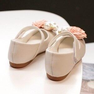 Image 4 - Dzieci księżniczka buty letnie dziewczyny sandały na sukienka dla dzieci skórzane buty kwiat perłowy moda dla dzieci sandały na płaskim obcasie wysokiej jakości