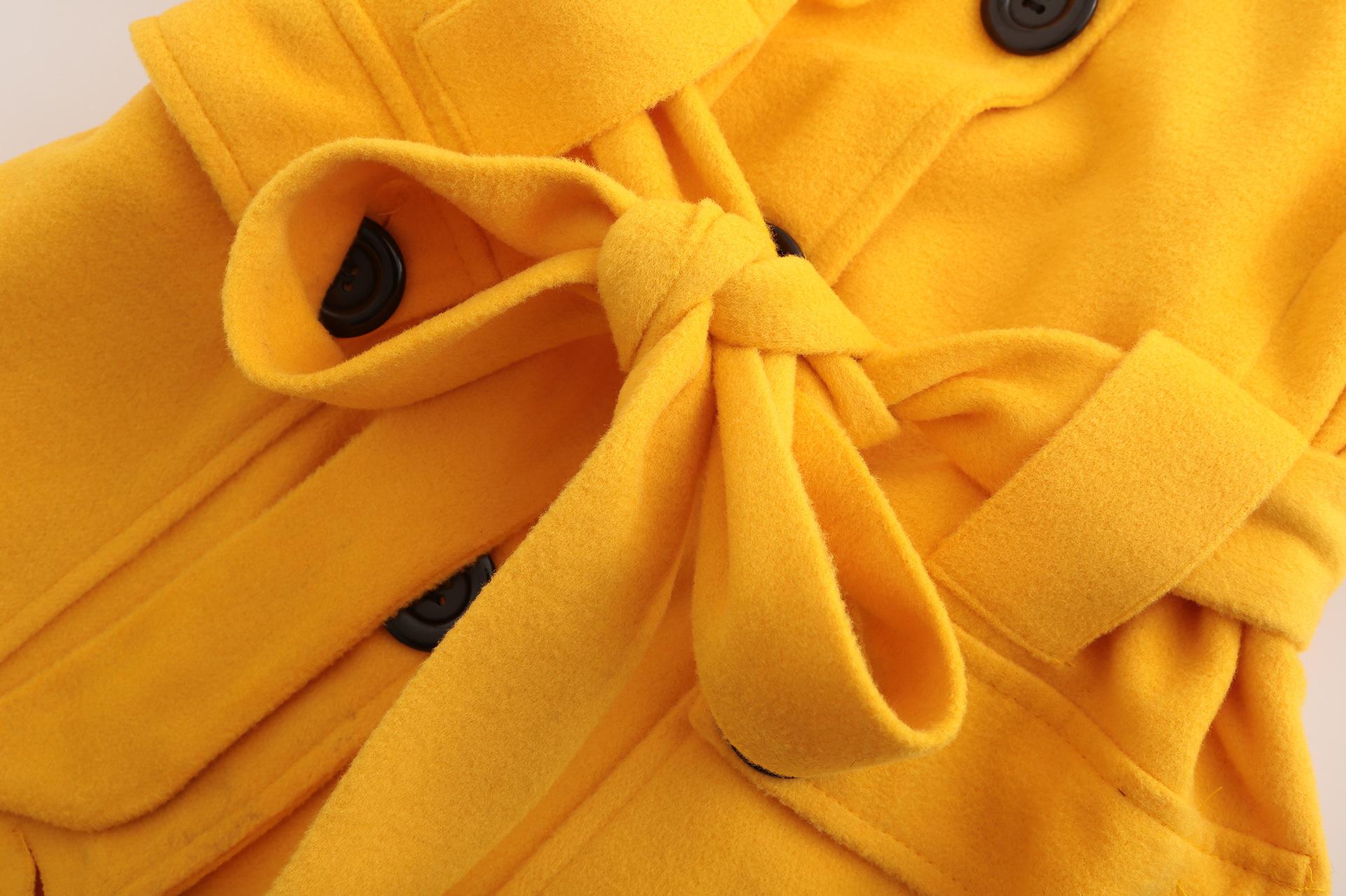 mujer amarillo de chaqueta 4