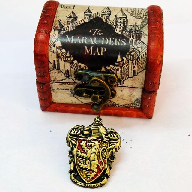 Брошки факультета Хогвартс в подарочной коробке Гарри Поттер 3