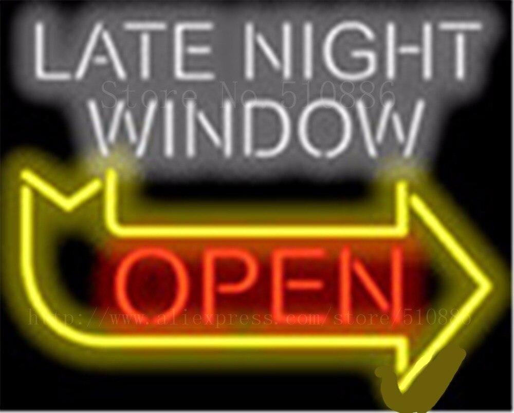 Spät Nacht Fenster mit Rechts Pfeil Neon zeichen Rohre licht Bar ...