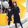 Hot! 2016 Outono mãe e filha roupas de manga longa Longa seção camisola com capuz criança blusa combinando roupas filha da mãe