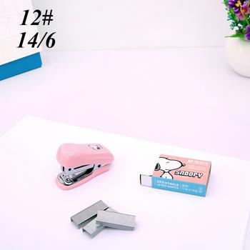 1 sztuk Mini Snoopy zszywacz zestaw Cartoon biuro szkolne papiernicze spinacz Binding Binder Book kanalizacja tanie i dobre opinie 45646546 30mm Mini zszywacz 1000pcs Instrukcja Z tworzywa sztucznego 26 6 60*25*40