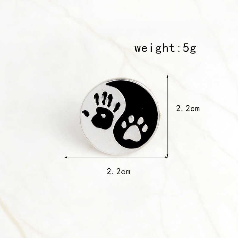 Kaki! Taiji Ying Yang Hitam dan Putih Bulat Liontin Tangan Manusia Cetak dan Anjing Cetak Pin Kerah Pin Lencana Teman Terbaik